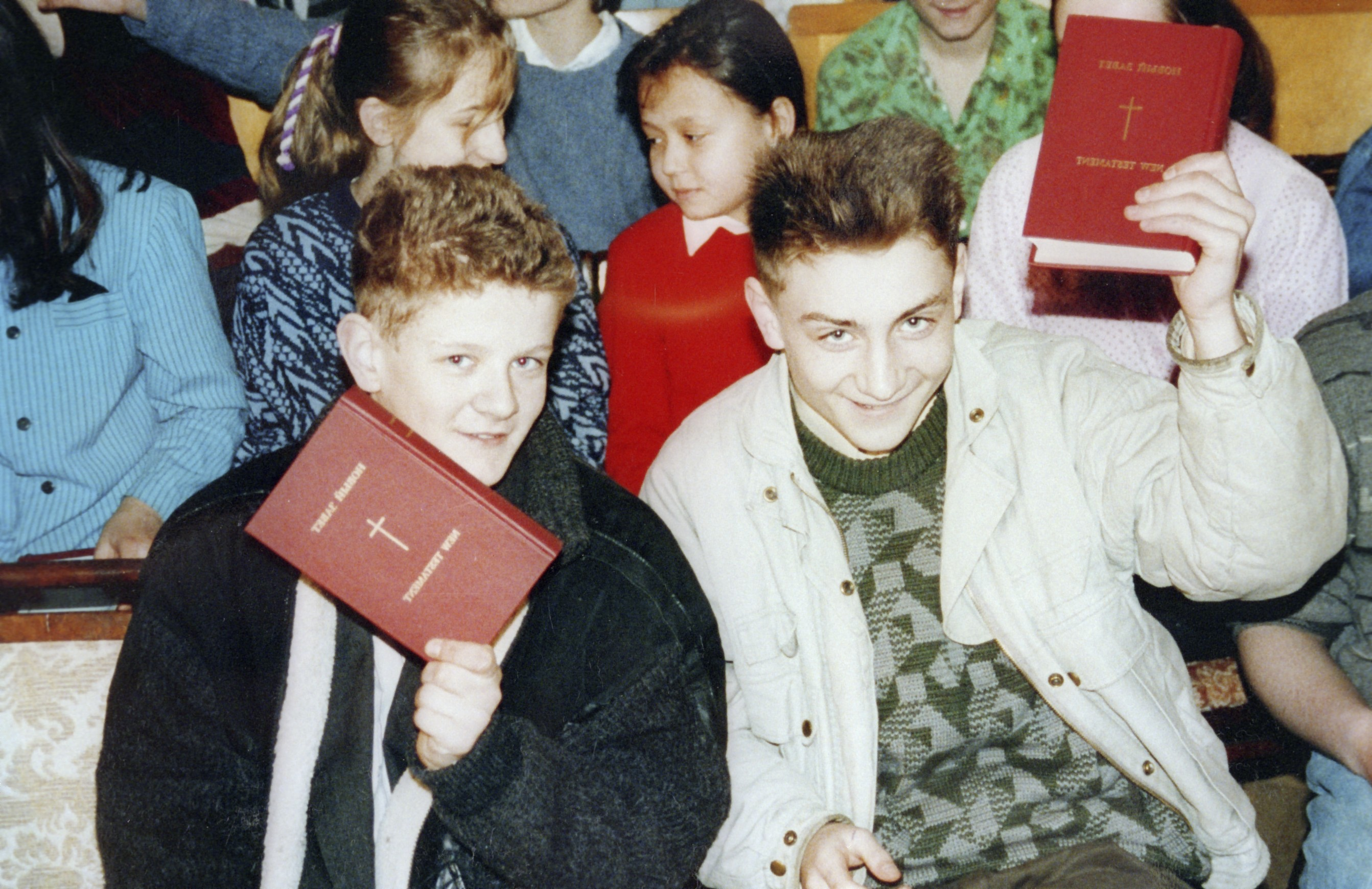 22409 2 Russian boys with Bibles n001